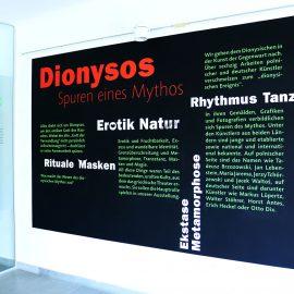 Eingang der Galerie Bodenseekreis. Typografische Gestaltung der Wand