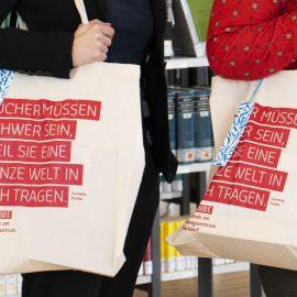 Jubiläums-Tasche für Bibliothek, mit Zitat von Cornelia Funke, Siebdruck in Rot auf helle Baumwolle